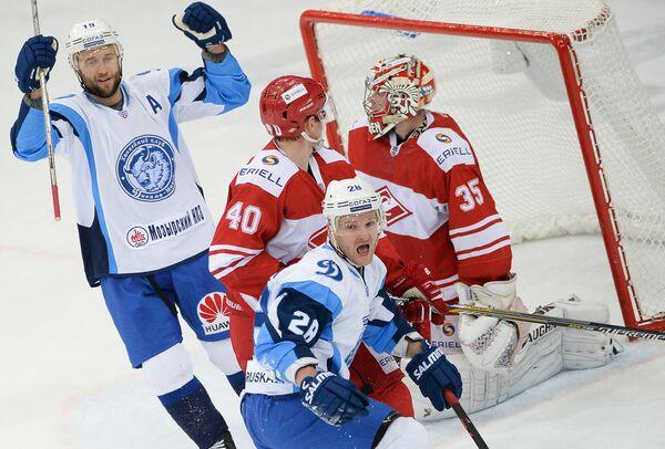 Форвард минского Динамо Александр Матерухин (на первом плане) радуется забитому голу