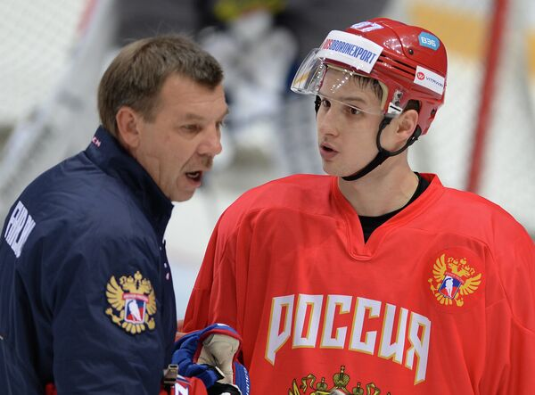 Главный тренер сборной России Олег Знарок (слева) и форвард СКА Вадим Шипачёв