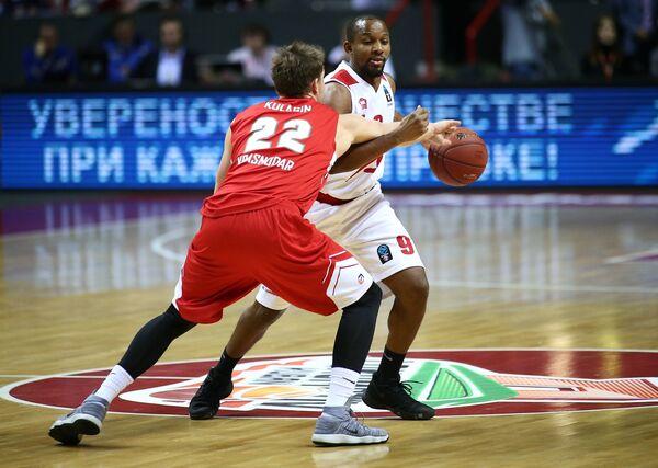 Защитник БК Локомотив-Кубань Дмитрий Кулагин (слева) и защитник БК Бильбао Джонатан Табу-Эбома