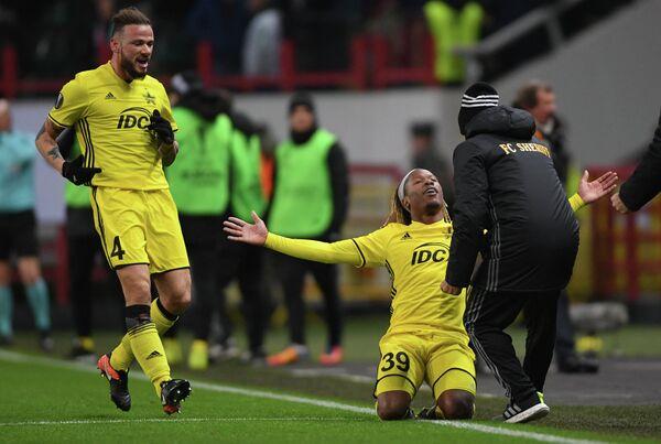 Футболисты Шерифа Петру Раку (слева) и Зигуй Бадибанга радуются забитому голу