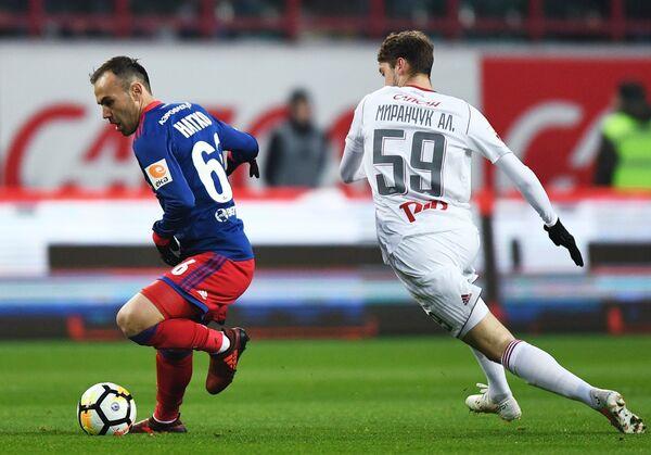 Полузащитники ЦСКА Бибрас Натхо (слева) и ФК Локомотив Алексей Миранчук