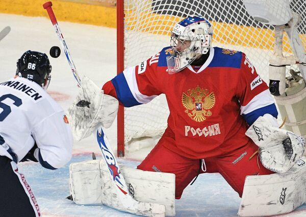 Вратарь сборной России Игорь Шестёркин (справа)