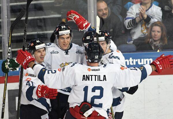 Хоккеисты сборной Финляндии радуются заброшенной шайбе