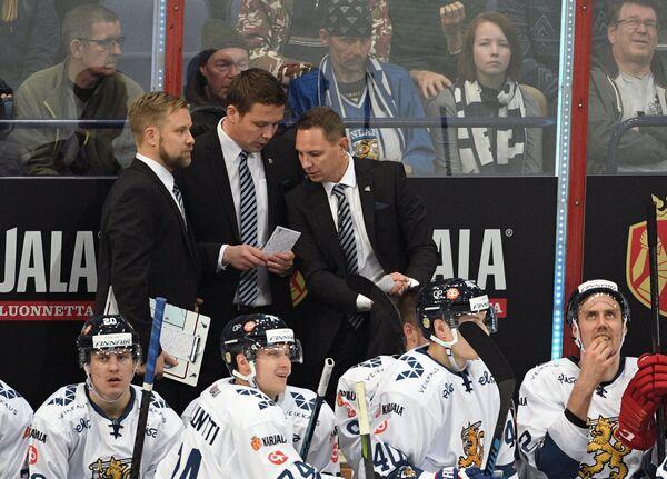 Главный тренер сборной Финляндии Лаури Марьямяки (второй слева на втором плане)