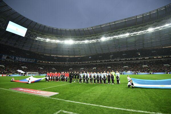 Футболисты сборной России (слева) и Аргентины