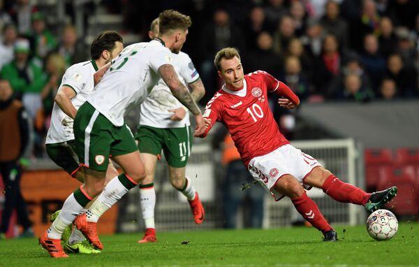Полузащитник сборной Дании по футболу Кристиан Эриксен (справа)