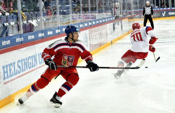 Защитник сборной Чехии Ондржей Витасек (слева) и нападающий сборной России Владимир Ткачёв