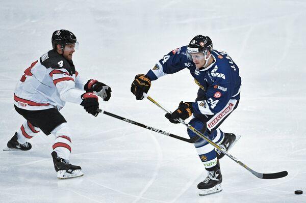 Форвард сборной Финляндии Яни Лаюнен (справа) и защитник сборной Канады Чарльз Дженовей