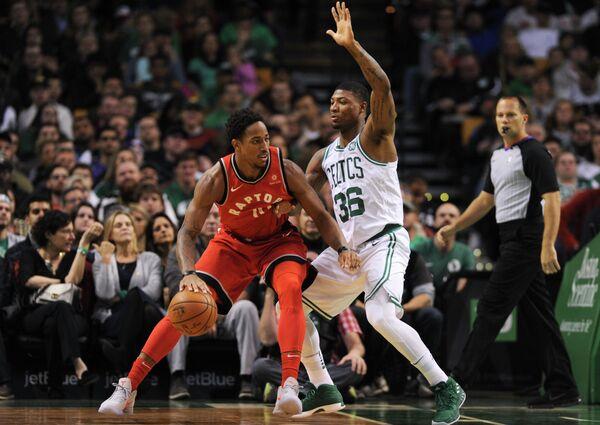 Защитники клуба НБА Торонто Рэпторс Демар Дерозан и Бостон Селтикс Маркус Смарт (слева направо)