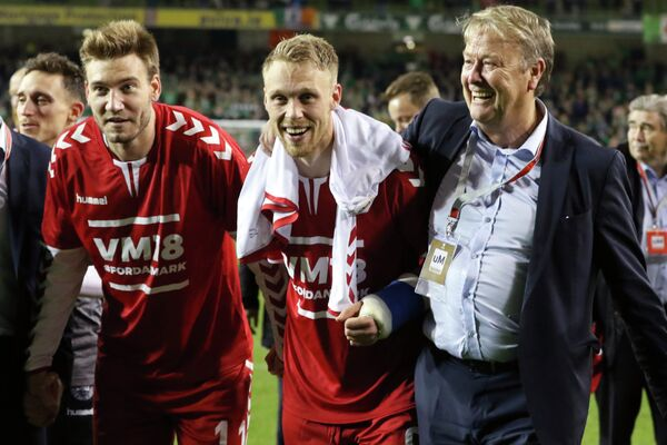 Главный тренер сборной Дании по футболу Оге Харейде с игроками Николаем Йоргенсеном и Никласом Бендтнером (справа налево)