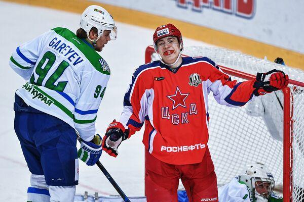 Защитник ХК Салават Юлаев Станислав Гареев (слева) и нападающий ЦСКА Андрей Кузьменко