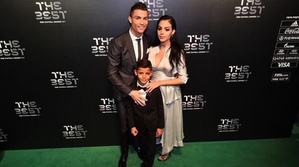 Нападающий мадридского Реала Криштиану Роналду с сыном Криштиану-младшим и своей девушкой Джорджиной Родригес