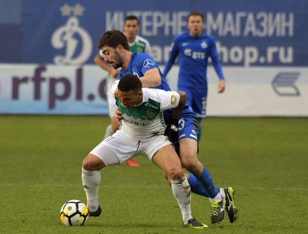 Хавбек Динамо Антон Соснин (на втором плане) и полузащитник Ахмата Маэл