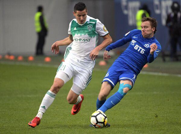 Защитник Динамо Сергей Терехов (справа) и хавбек Ахмата Одисе Роши