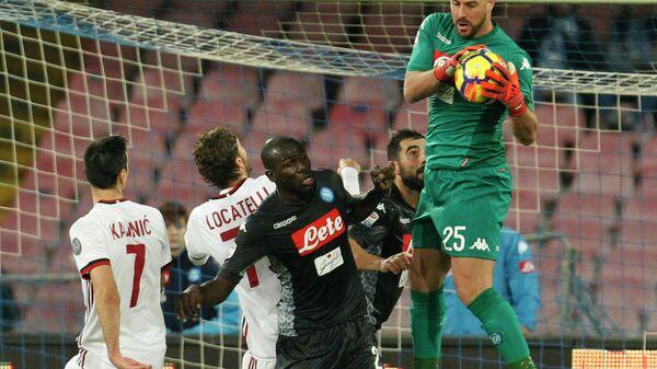 Игровой момент матча чемпионата Италии по футболу Наполи - Милан