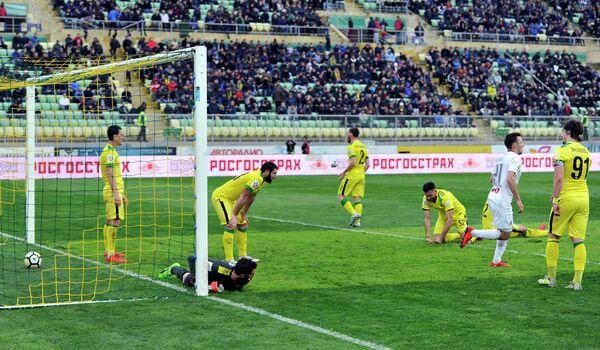 Игровой момент матча 17-го тура РФПЛ между махачкалинским Анжи и московским Локомотивом