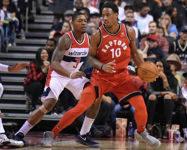Защитник клуба НБА Вашингтон Уизардз Брэдли Бил и клуба Торонто Рэпторс Демар Дерозан (слева направо)