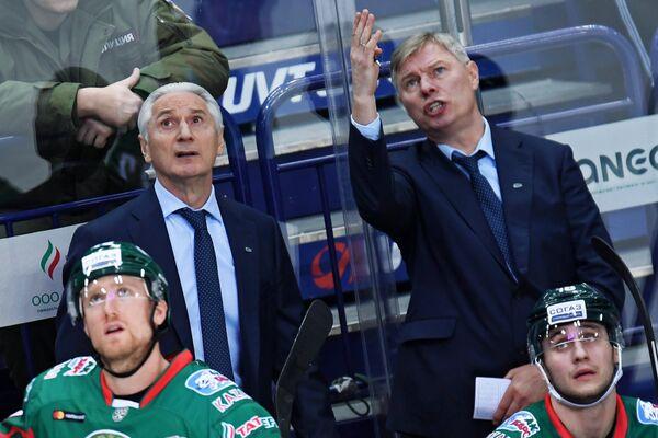 Главный тренер ХК Ак Барс Зинэтула Билялетдинов и старший тренер ХК Ак Барс Александр Смирнов (на втором плане слева направо)