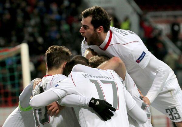 Футболисты Локомотива Соломон Кверквелия и Тарас Михалик (справа налево)