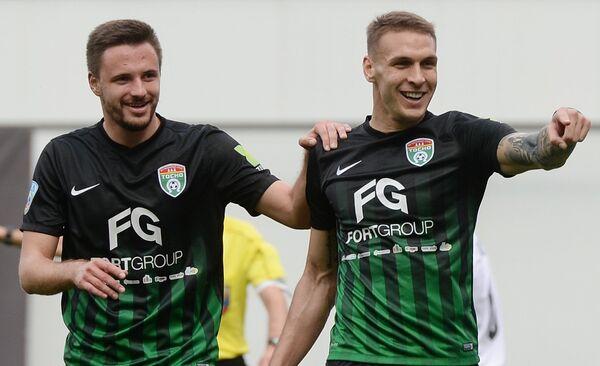 Игроки ФК Тосно Евгений Марков (слева) и Раде Дугалич