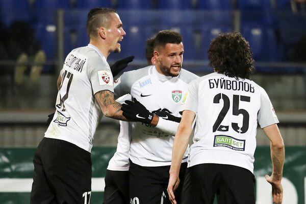 Футболисты Тосно радуются забитому мячу в исполнении Евгения Маркова