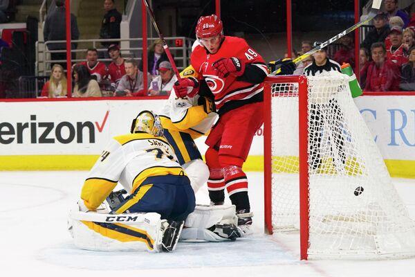 Нападающий клуба НХЛ Каролина Харрикейнз Виктор Раск (№49)