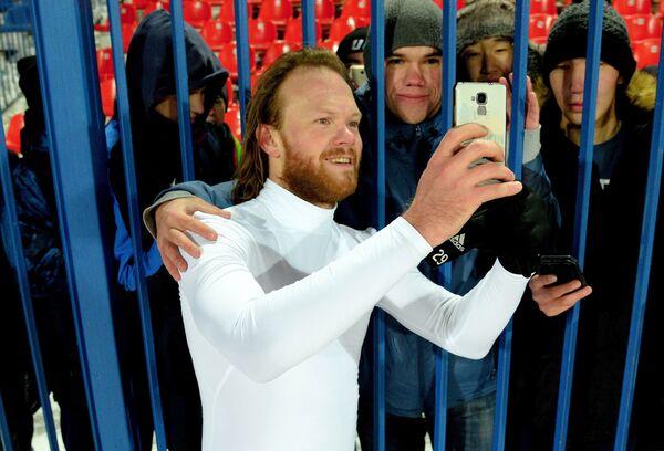Защитник Локомотива Виталий Денисов фотографируется с болельщиками