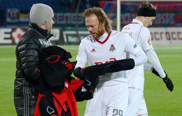 Защитник Локомотива Виталий Денисов (в центре)