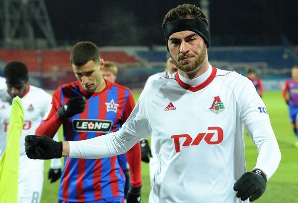 Защитник Локомотива Соломон Кверквелия (справа)