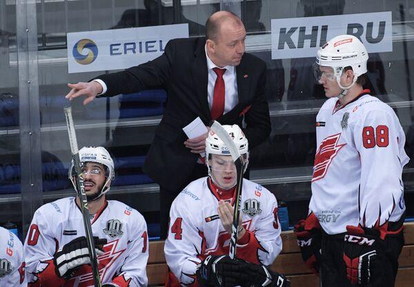 Главный тренер ХК Авангард Андрей Скабелка (слева на втором плане)