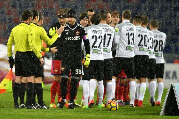 Футболисты ЦСКА и Тосно перед началом матча