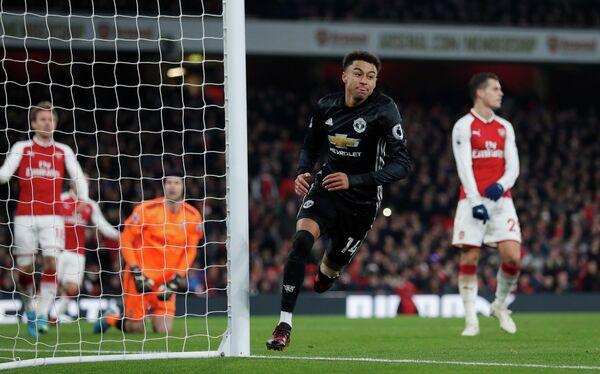 Хавбек Манчестер Юнайтед Джесси Лингард радуется забитому мячу в ворота Арсенала