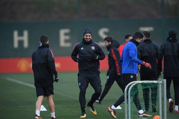 Нападающий Манчестер Юнайтед Златан Ибрагимович (в центре)