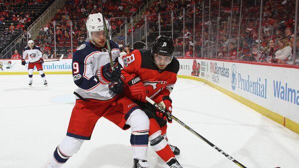 Нападающий клуба НХЛ Коламбус Блю Джекетс Артемий Панарин и защитник Нью-Джерси Девилз Уилл Бутчер (слева направо)