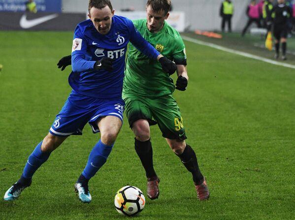 Защитник Динамо Алексей Козлов (слева) и хавбек Анжи Олег Данченко