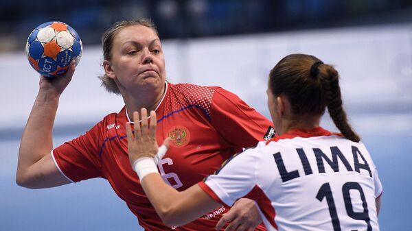 Гандболистка сборной России Анна Кочетова (слева)
