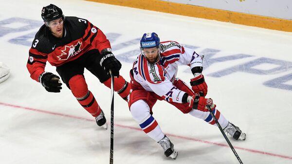 Защитник сборной Канады Шон Лалонд (слева) и нападающий сборной Чехии Мартин Ружичка