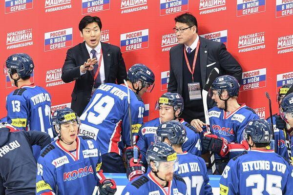 Главный тренер сборной Южной Кореи Джим Пэк (справа на втором плане)