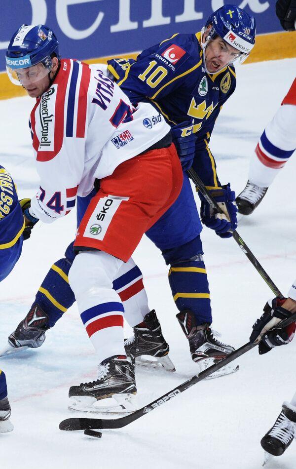 Нападающий сборной Швеции Юаким Линдстрём (справа) и защитник сборной Чехии Ондржей Витасек