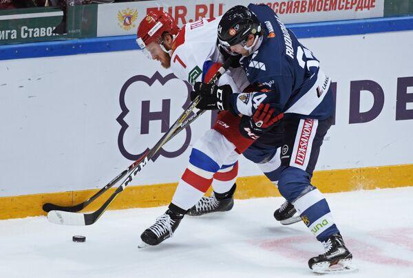 Нападающие сборной России Иван Телегин (слева) и сборной Финляндии Микаэль Руохомаа