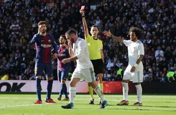 Защитник Реала Даниэль Карвахаль (на первом плане)