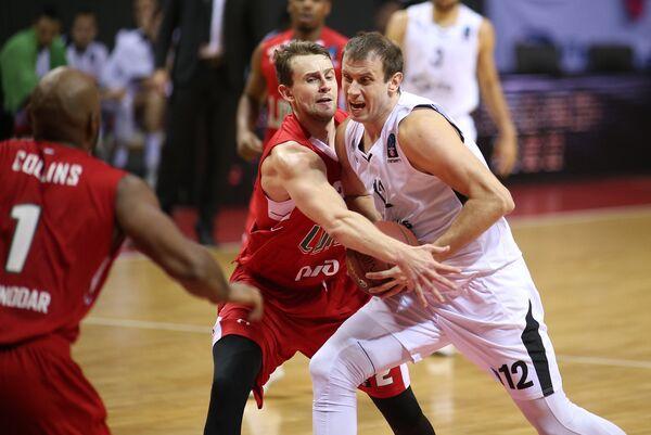 Форварды БК Локомотив-Кубань Павел Антипов и БК Партизан Новица Величкович (справа)