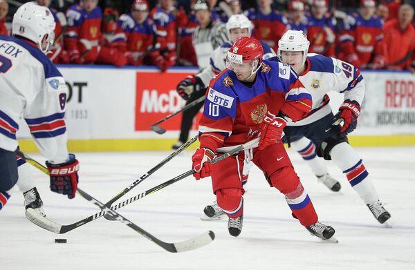 Нападающий молодежной сборной России по хоккею Артем Манукян (второй справа)