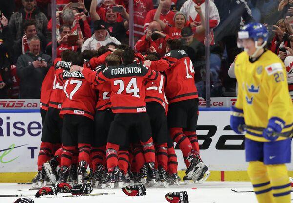 Хоккеисты молодежной сборной Канады после победы в финале чемпионата мира