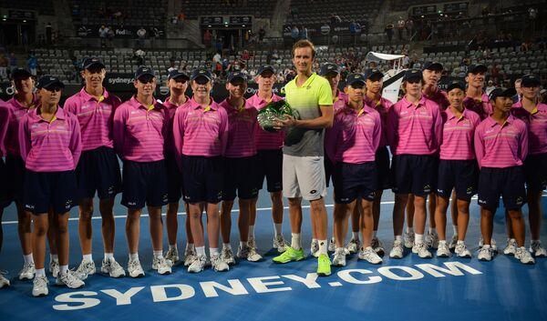 Даниил Медведев позирует с болл-боями после победы в Сиднее