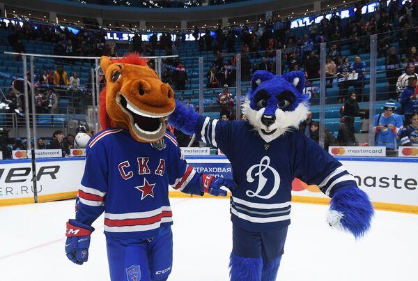 Талисман команды ХК СКА Конь-Огонь (слева) и талисман ХК Динамо Волк