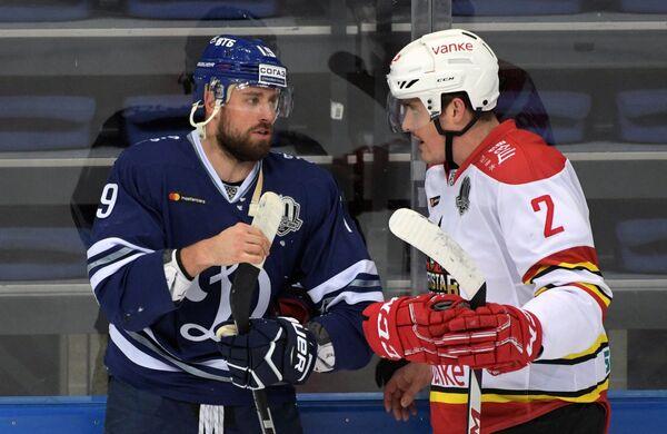 Форвард Динамо Никита Комаров (слева) и защитник Куньлуня Роман Граборенко