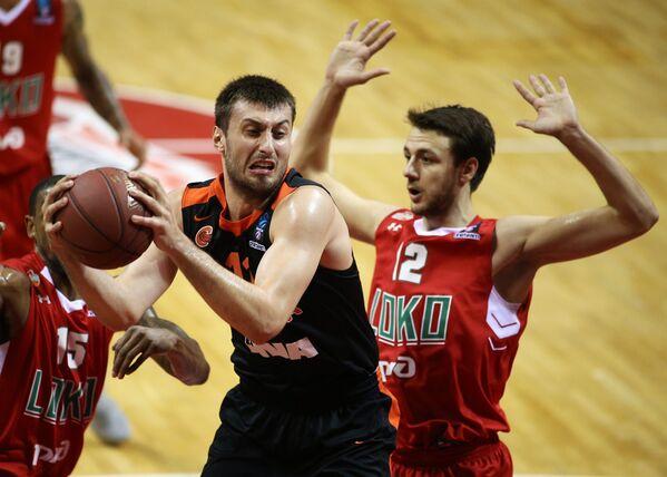 Форварды БК Цедевита Карло Зганец (слева) и БК Локомотив-Кубань Станислав Ильницкий