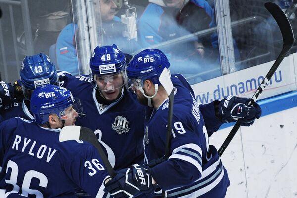 Хоккеисты Динамо радуются заброшенной шайбе
