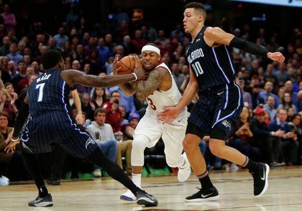 Защитник клуба НБА Кливленд Кавальерс Айзея Томас (с мячом)